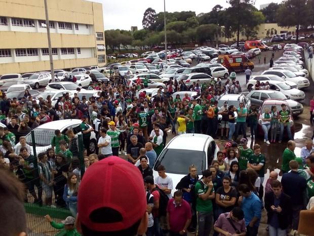 População de Chapecó espera notícias em frente a sede da Chapecoense (Foto: Vinicius Farfus/RBS)