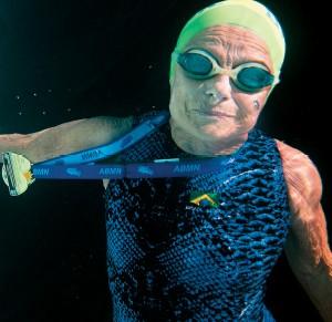 CAMPEÃ A arquiteta Nora Rónai, de 89 anos, posa embaixo d?água. Ela voltou a competir  aos 69 anos (Foto: Pedro Manoel/ÉPOCA)