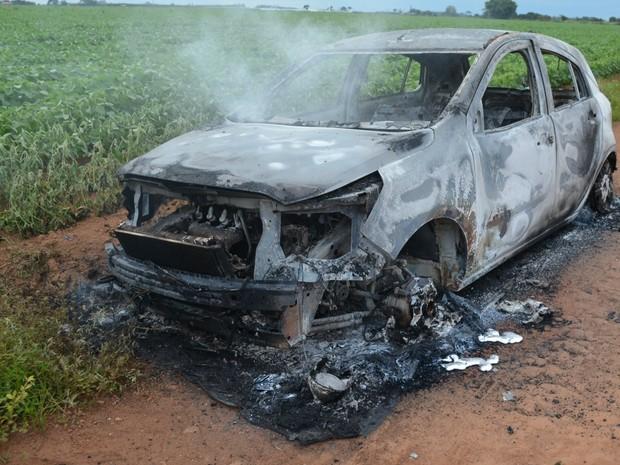 Carro da vítima foi encontrado ainda com sinais de fogo (Foto: Eliete Marques/ G1)