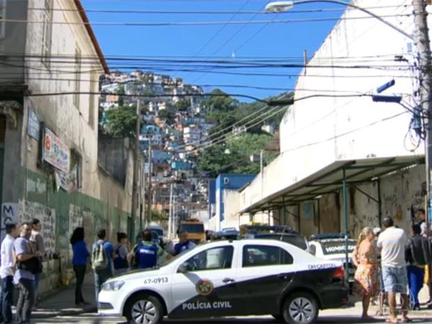Segurança no Morro da Coroa foi reforçada após tiroteio que deixou mortos e feridos (Foto: Reprodução/TV Globo)
