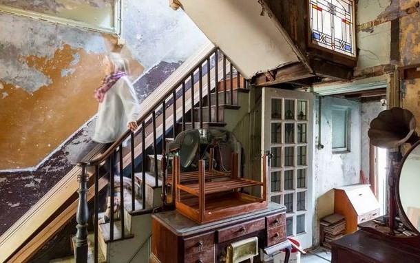 'Fantasma' feminino desde escada não Anunciado Imóvel