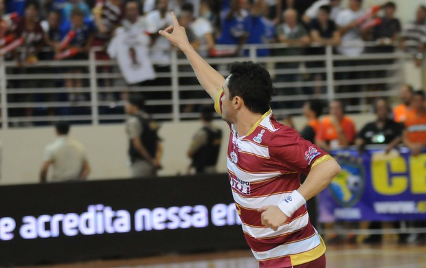 Falcao aponta para torcida do Orlândia na final da Liga Futsal contra Joinville (Foto: Luciano Bergamaschi / CBFS)