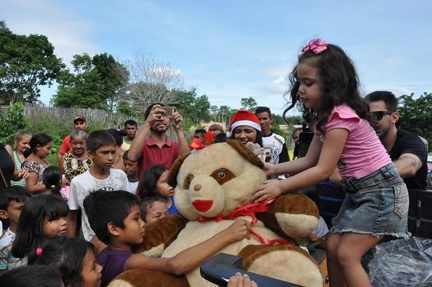 O brinquedo mais cobiçado do dia, foi o urso Ted, assim 'batizado' pelos funcionários do STC (Foto: Zé Rodrigues)