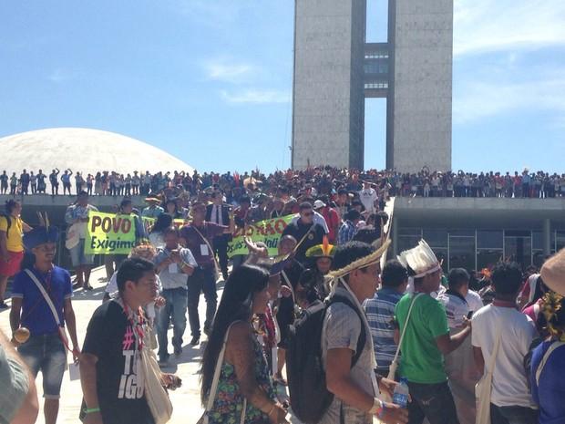 Indígenas na cobertura do Congresso Nacional, em protesto contra mudanças nas regras de demarcação de terras e pela saída do presidente da Câmara dos Deputados, Eduardo Cunha (Foto: Marianna Holanda/G1)