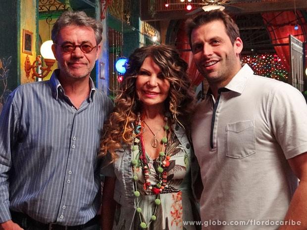 Elba Ramalho posa entre os atores Jean Pierre Noher e Henri Castelli (Foto: Flor do Caribe / TV Globo)