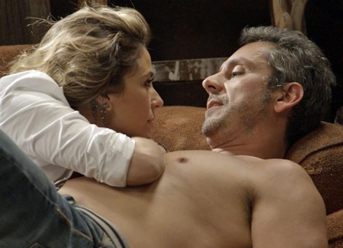 Após entregar documentos, Atena pede para Romero cumprir com promessa (Foto: TV Globo)