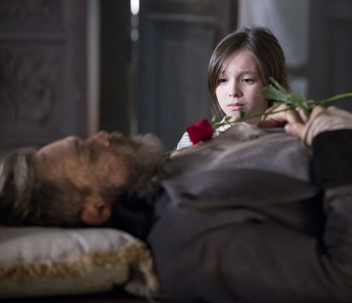 Caju leva uma rosa para enterro de Raposo (Foto: Ellen Soares/Gshow)
