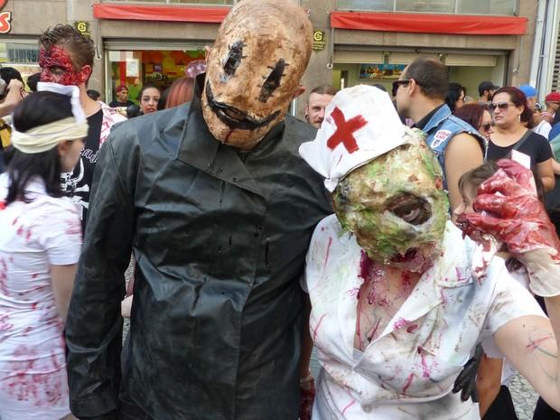 """Valéria Espíndola e Anderson Azzolin também se inspiraram em filmes para criar a fantasia. """"Já tivemos essa ideia logo após da Zombie Walk do ano passado"""", contou Valéria.  (Foto: Thais Skodowski/ G1)"""