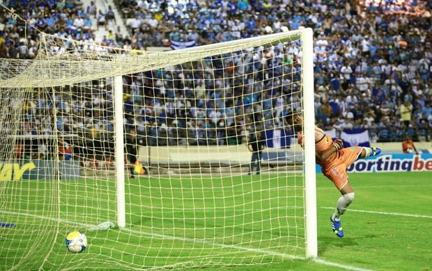 Daniel Costa, de falta, não deu chance para o goleiro Augusto, do Conquista (Foto: Jonathan Lins/G1)