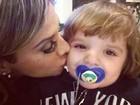 Ex-BBB Vanessa dá beijo em Max, filho da amiga Clara