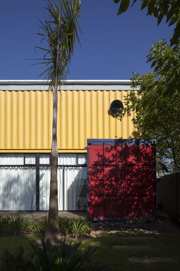 Casal vive há 6 anos em casa feita com containers (Foto: Plínio Dondon)