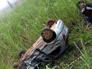 Carro capotou e foi parar fora da pista (Foto: PRE/Divulgação)