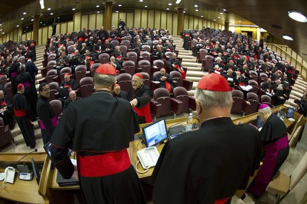 Cardeais reunidos nesta segunda-feira (4) em congregação pré-conclave no Vaticano (Foto: AFP)