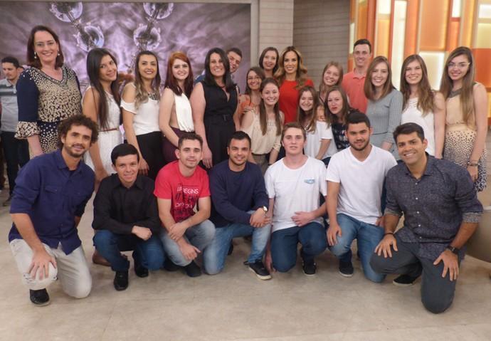 Alunos de faculdade posam com os apresentadores do programa (Foto: Paula Oliveira/Gshow)