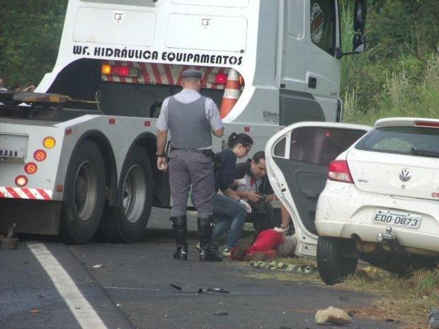Pista ficou interditada por meia hora para retirada das vítimas e dos veículos (Foto: Sidney Fernandes/Rádio Difusora)