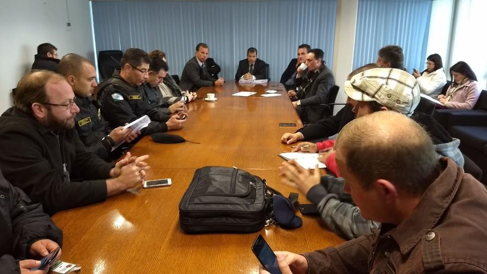 Reunião na Câmara de Curitiba é realizada na manhã desta segunda (12) (Foto: Luiza Vaz/RPC)