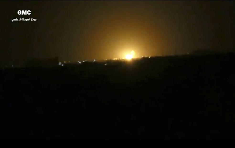 Imagem retirada de vídeo do grupo Ghouta Media Center, contrário ao governo sírio, mostra explosão desta quinta-feira (27) perto do Aeroporto Internacional de Damasco (Foto: Ghouta Media Center via AP)