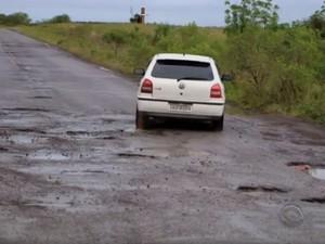 Motoristas têm de fazer manobras arriscadas para desviar de buracos (Foto: Reprodução/RBS TV)