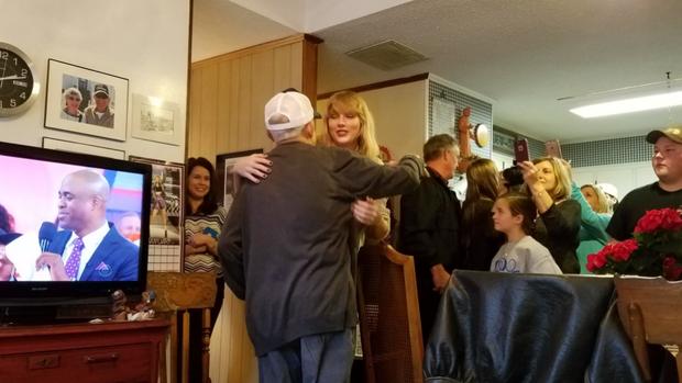 Taylor Swift faz surpresa para fã de 96 anos (Foto: Reprodução / Twitter)