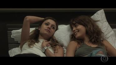 Alice conta à Nanda sobre beijo no ex