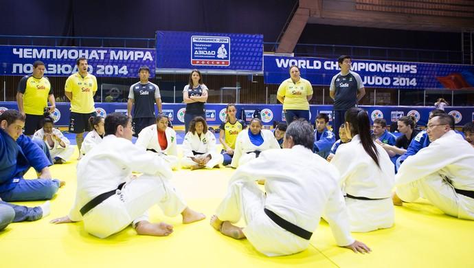 Ney Wilson conversa com os atletas e comissão técnica do judô (Foto: Rafal Burza/CBJ)