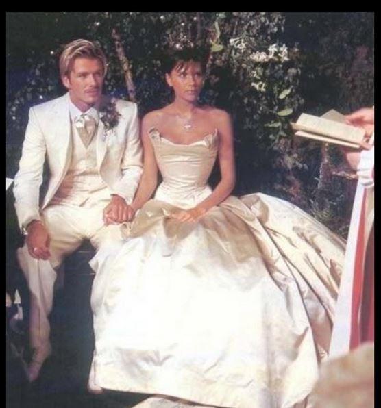 David e Victoria Beckham trocaram alianças em uma cerimônia milionária em 1999 (Foto: Reprodução)