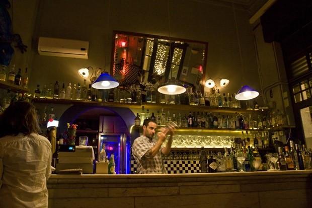 Xixbar. Localizado em Barcelona, é ponto de parada obrigatório. O melhor é que junto ao bar existe uma loja que comercializa todas os gins usados pelo estabelecimento (Foto: Divulgação)
