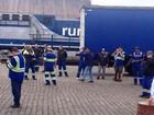 Operadores de empilhadeira fazem paralisação no Porto de Santos, SP