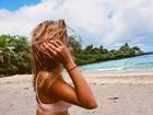 Carolina Oliveira abre álbum de viagem e mostra foto inédita de biquíni