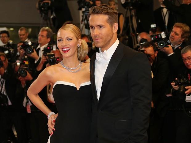 16/05 –  O ator canadense Ryan Reynolds e sua esposa, a atriz americana Blake Lively, posam no tapete vermelho nesta sexta-feira; ele divulgou no festival o filme 'The captive', de Atom Egoyan (Foto: Loic Venance/AFP)