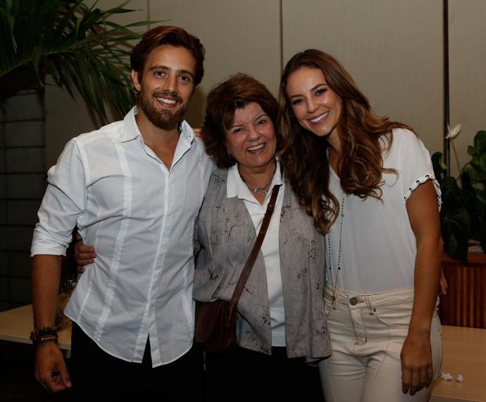 Rafael Cardoso e Paolla oliveira posam ao lado de Elizabeth Jhin (Foto: Ellen Soares/Gshow)