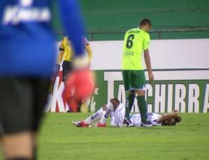 Jefferson Feijão deixa o campo lesionado (Foto: Carlos Velardi/ EPTV)