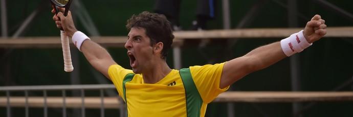 Thomaz Bellucci comemora vitória sobre  Emilio Gomez na Copa Davis (Foto: RODRIGO BUENDIA / AFP)