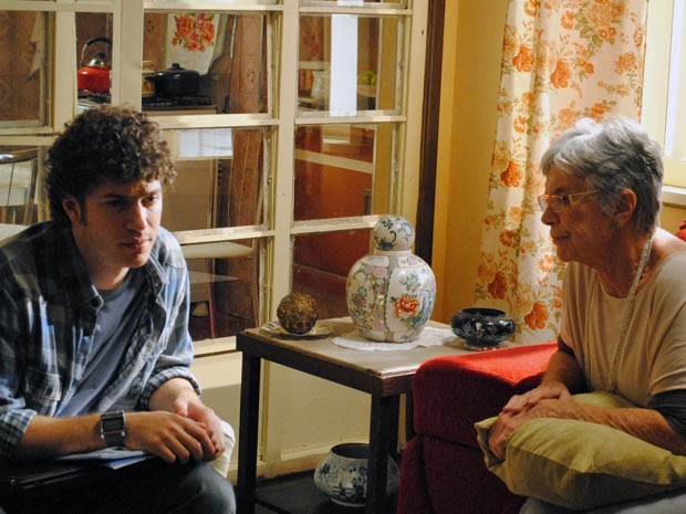 A avó é contra a união do casal e pede para o neto não fazer isso