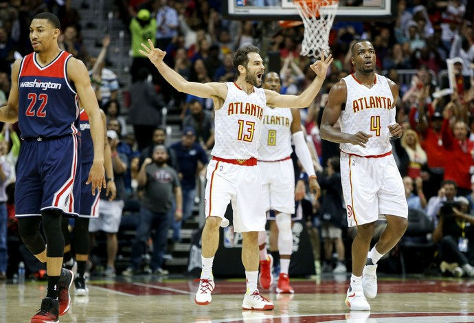 José Calderón e Paul Millsap comemora ponto do Atlanta Hawks diante dos Wizards (Foto: Reuters/ Brett Davis-USA TODAY Sports)