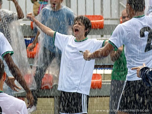 Vitor comemora a vitória do seu time (Foto: Malhação / TV Globo)