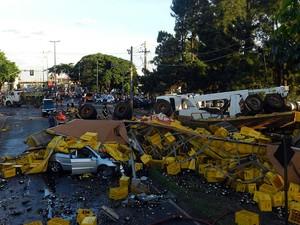 Carreta de cerveja desgovernada tombou na pista em cima de veículos (Foto: Vanessa Pires/G1)