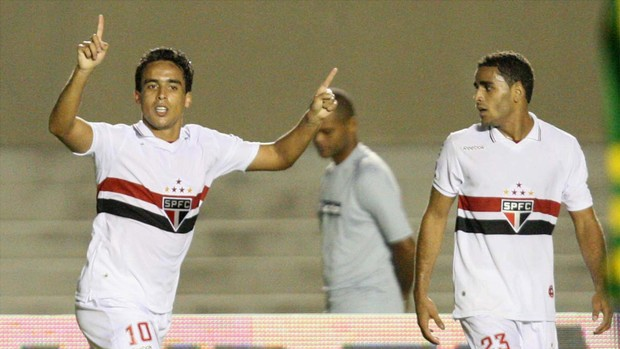 Jadson gol São Paulo x Goiás (Foto: Carlos Costa / Futura Press)