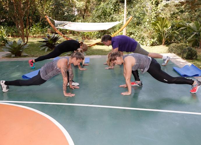 Vá alternando as pernas fazendo esse movimento (Foto: Fábio Rocha/Gshow)