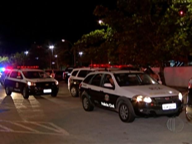 60 viaturas e 100 policiais participaram de operação da polícia de Mogi que prendeu 17 por roubo de carga (Foto: Reprodução/TV Diário)