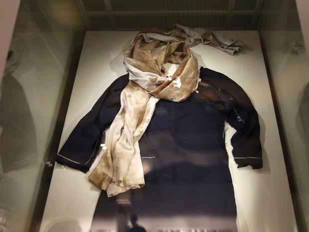 Uniforme que Malala usava quando foi atacada por talibãs é exibido na prévia do Nobel, em Oslo (Foto: Suzanne Plunkett/Reuters)