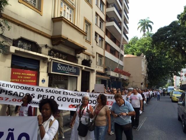 Servidores estaduais do setor de Saúde protestam em Laranjeiras, RIo (Foto: Guilherme Brito/G1)