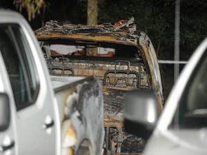 Caminhonetes da polícia foram atingidas por incêndio (Foto: Diogo Zanatta/Agência RBS)