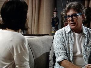 O amigo alerta a moça (Foto: Sangue Bom/TV Globo)