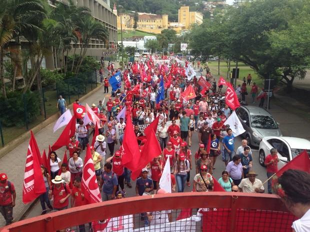 Protesto SC - por volta das 17h30, manifestantes seguiam em caminhada pelo Centro de Florianópolis (Foto: RBS TV)