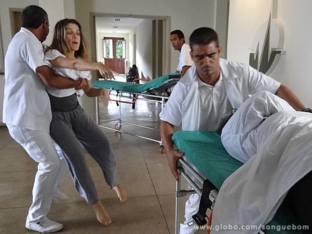 Tina surta ao ver Vitinho, mas ele nem se mexe na maca (Foto: Sangue Bom/TV Globo)