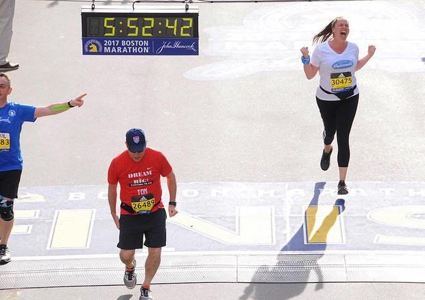 Candice Huffine cruzando a linha de chegada na Maratona de Boston (Foto: Instagram/Reprodução)