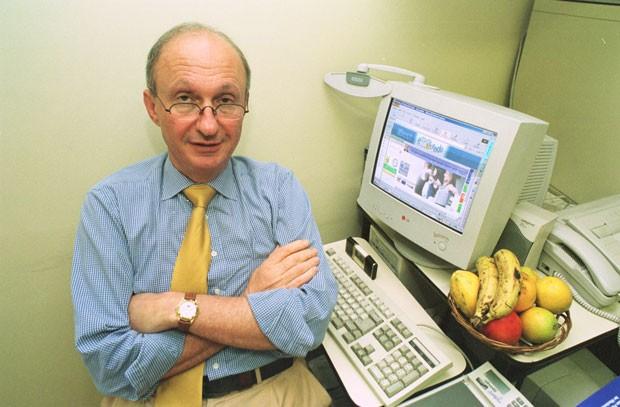 O médico endocrinologista Alfredo Halpern posa em seu consultório em São Paulo, em foto de novembro de 2011 (Foto: José Luís da Conceição/Estadão Conteúdo/Arquivo)
