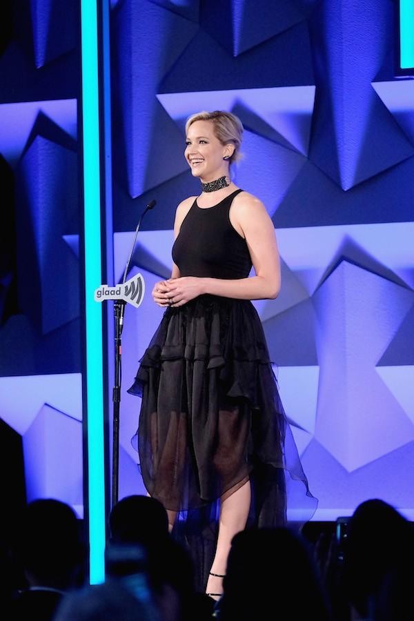 A atriz Jennifer Lawrence durante o GLAAD Awards (Foto: Getty Images)