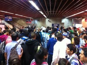 Argentinos buscavam informações sobre alternativas para chegar ao estádio com pane na CPTM. (Foto: Letícia Macedo/G1)